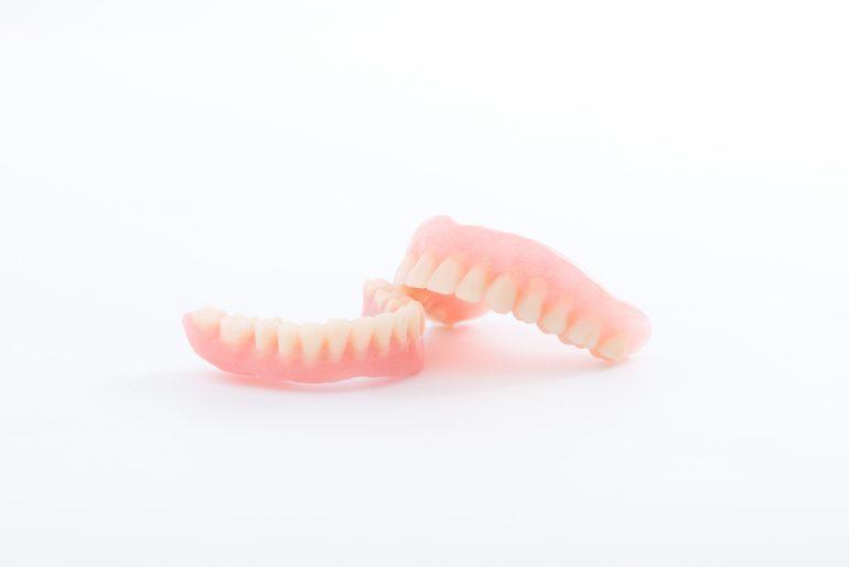 金具の見えない自費診療の部分入れ歯